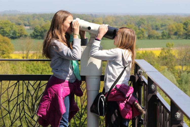Enfants jouant en haut de la tour panoramique